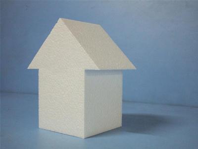 多角。矢印にも見え、家の模型にも見える発泡スチロール
